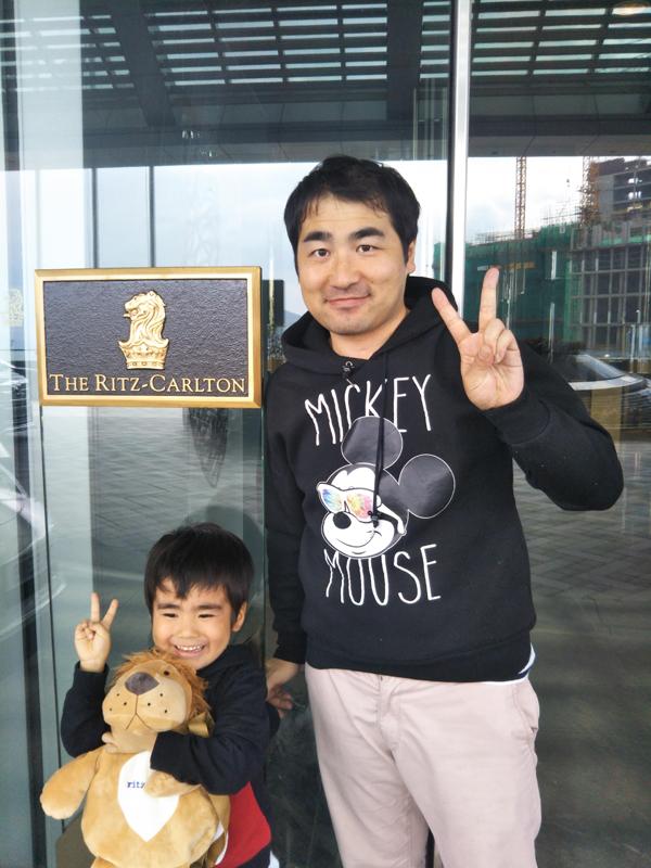 ポイントで無料旅行! エントランスで記念写真 香港の旅行記|リッツカールトン香港にSPGアメックスで無料宿泊! 香港旅行