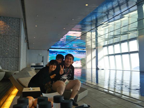 ポイントで無料旅行! プールで記念撮影 香港の旅行記|リッツカールトン香港にSPGアメックスで無料宿泊! 香港旅行