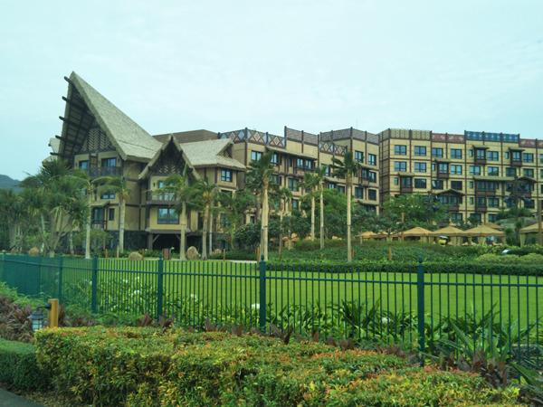 ポイントで無料旅行! 庭から見たホテル外観 香港の旅行記|香港ディズニーエクスプローラーズ ロッジに宿泊! 香港旅行