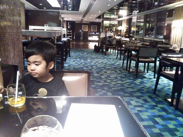 ポイントで無料旅行! 20181013_214226ラウンジ 香港の旅行記|香港スカイシティマリオットホテルにSPGアメックスで無料宿泊!・ラウンジと朝食編 香港旅行