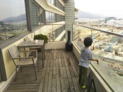 ポイントで無料旅行! 20181014_084405ラウンジのベランダ-e1540594738657 香港の旅行記|香港スカイシティマリオットホテルにSPGアメックスで無料宿泊!・ラウンジと朝食編 香港旅行