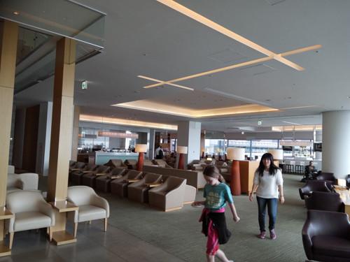 ポイントで無料旅行! 3階の様子② JALのサクララウンジ【成田空港】に行きました!感無量!|7つの利用条件! JALについて